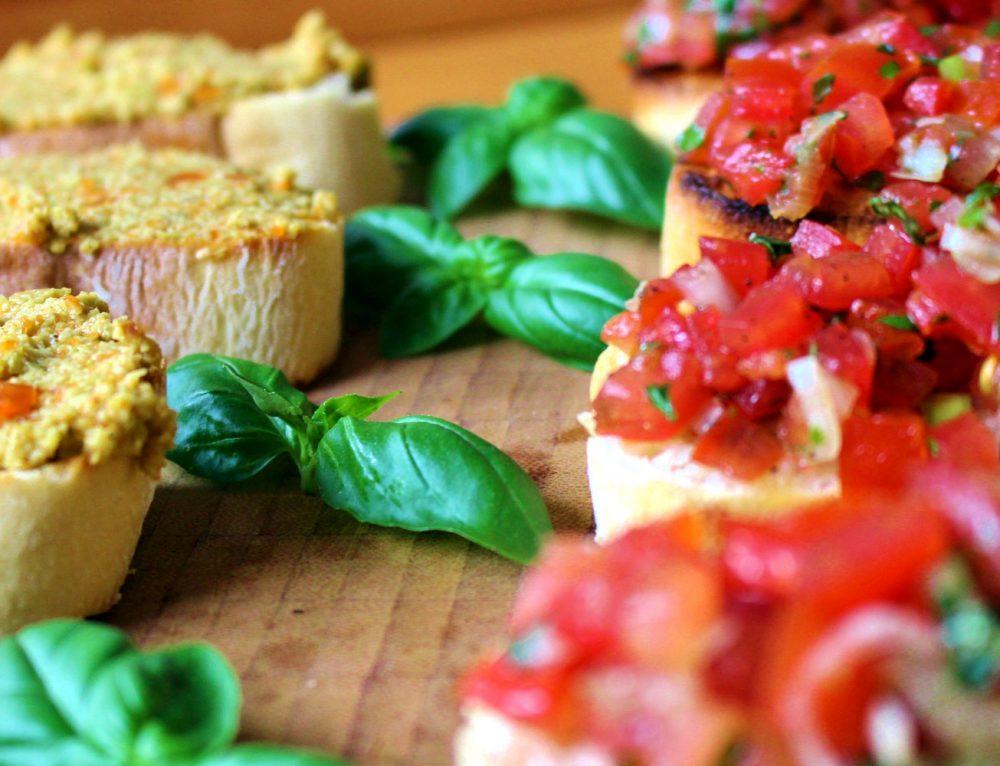 Zweierlei Bruschetta mit Tomaten und Oliven