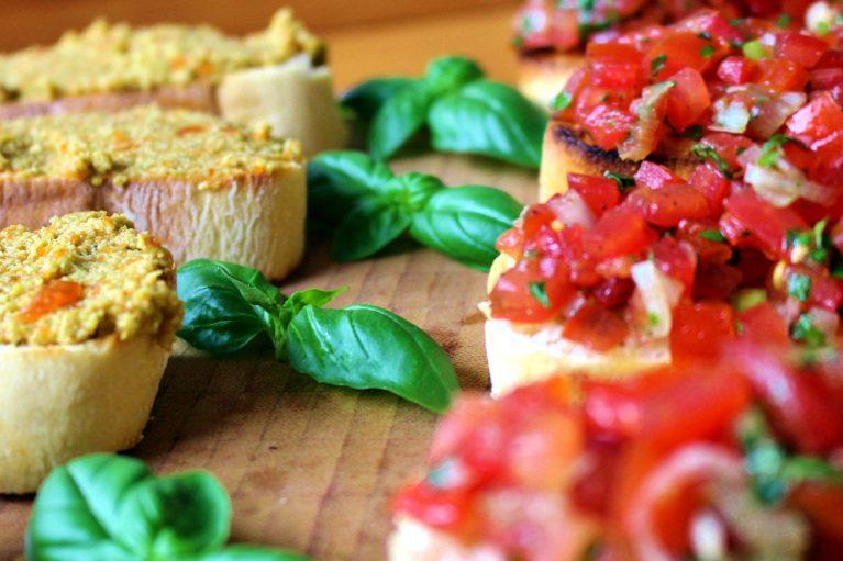 Klassische Tomaten-Bruschetta und Oliven-Bruschetta
