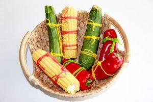 Gefesseltes Gemüse mit Fruchtgummi-Lassos