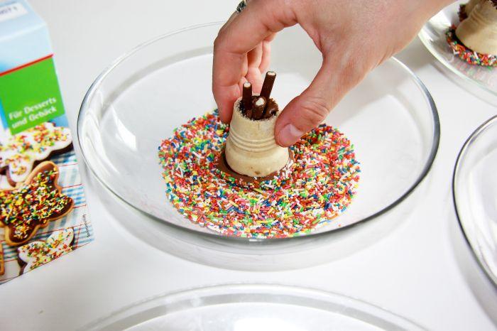 Tipi-Muffins mit Zuckerstreuseln verzieren