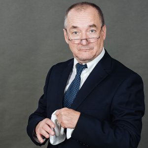Regisseur Peter Anders in seiner Rolle als Hoteldirektor
