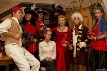 Christopher Roberts, Captain Isabella Morgan, Admiral Thomas Silver, Emma Wollingsworth, Captain John Nightingale, Elisabeth Peacock, Gouverneur William Peacock und Matilda (v.l.r.)